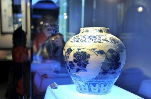 Blue and white porcelains of the Yuan dynasty are known to be rare. In fact, there  are only about one hundred whole Yuan dynasty blue and white porcelains in all of  China, but there are plenty of porcelain fragments. Now, you can see some of these rare beauties for yourself at Beijing Rong Art Center.