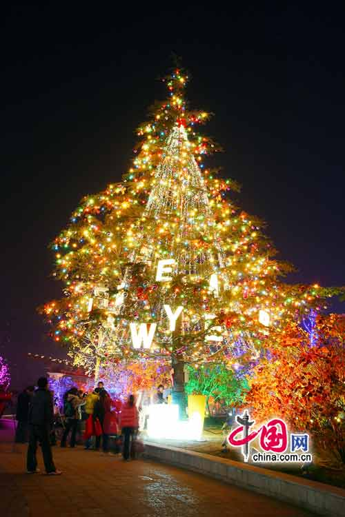 Christmas decorations are seen in Beijing as the festival approaches. [China .com.