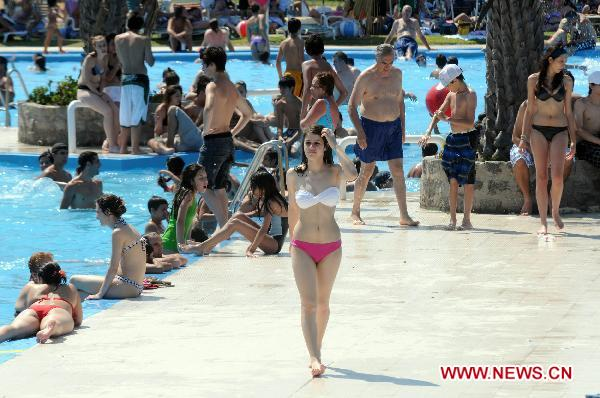 People Enjoy Themselves At A Public Swimming Pool In Buenos Aires Argentinas Capital On Dec 27 2010 Xinhua