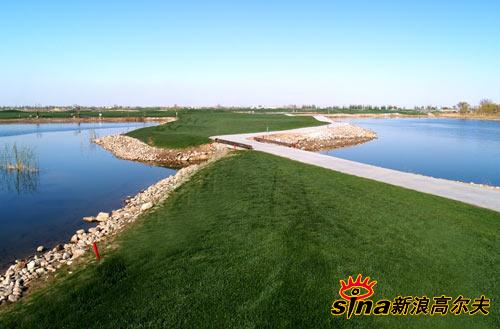 This 18-hole par-72 course covers an area about 733,000 sqm.