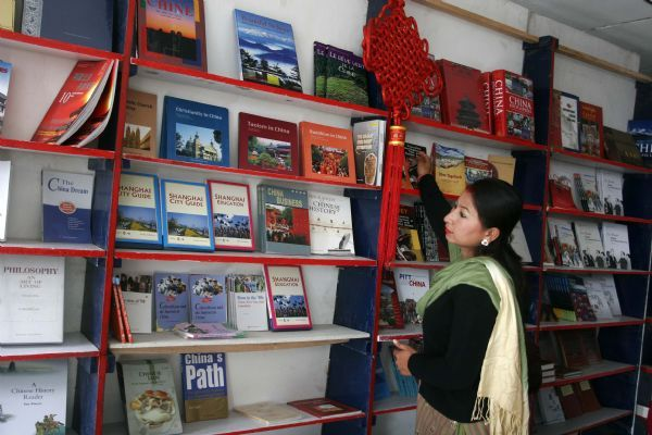 A Nepalese book lover visits the Chinese book exhibition in Kathmandu capital of Nepal, Jan. 2, 2011.(Xinhua photo]