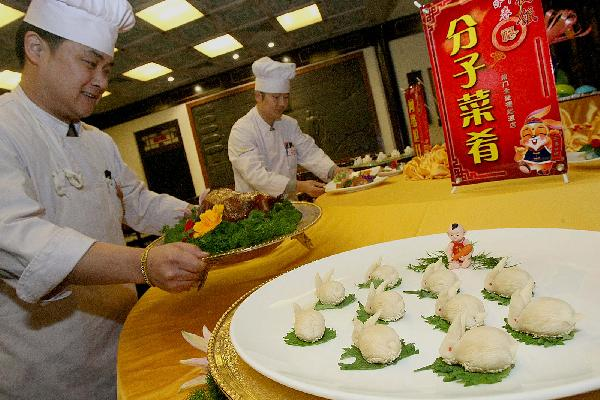 Cooks of Quanjude Restaurant show a molecule dish in Beijing, capital of China, Jan. 6, 2011. Quanjude, a famous roast duck restaurant released molecule dishes on Thursday. Molecular gastronomy can preserve more nutrition of the food. [Xinhua photo]