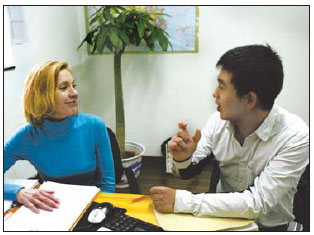A young man teaches Chinese to an overseas student at a language training institute. (Photo source: China Daily)