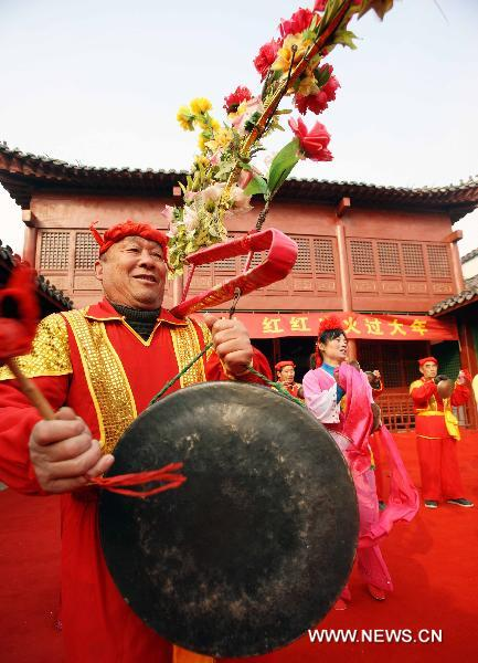 Members of a flower-drum troupe rehearse at the Fengzuizi village of Bengbu, east China's Anhui Province, Jan. 19, 2011, to greet the traditional Spring Festival, which falls on Feb. 3 this year. Flower-drum dance, a folk dance featuring lantern performances and percussion instruments integrated in harmony, is popular along the Huaihe river areas of China. Fengzuizi village of Bengbu is cited as a famous village for flower-drum dance.