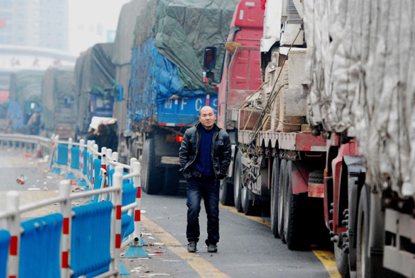 A driver waits for traffic to ease on the Jiujiang Yangtze River Bridge, Jan 27, 2011. [Photo/Xinhua]