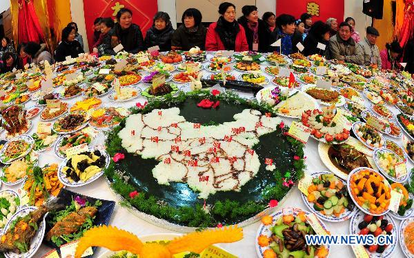 Residents attend a grand feast held at the Baibuting Community in Wuhan, capital of central China's Hubei Province, Jan. 27, 2011.