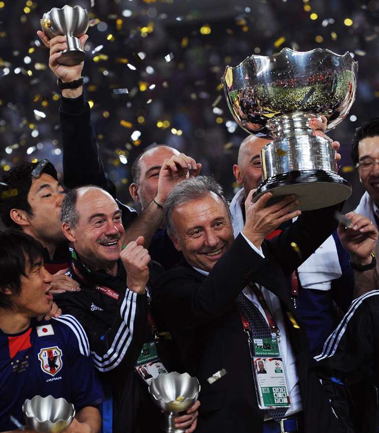 Japan team members celebrate with the AFC Asian Cup trophy after winning the final match against Australia 1-0 in Doha, Qatar, Saturday, Jan. 29, 2011. [Photo/Xinhua]