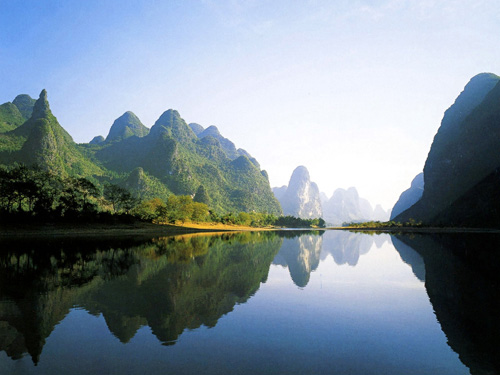 Lijiang River flows southeast through Guilin City and Yangshuo to the Gongcheng Estuary in Pingle County. [qintrip.com]