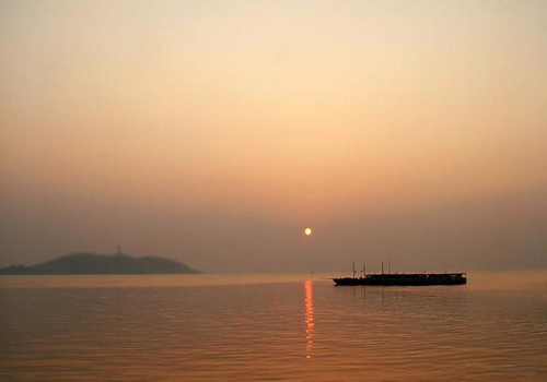 Covering a circumference of 400 kilometers, Chaohu Lake is located in the middle of Anhui Province. [ahnw. gov. cn]