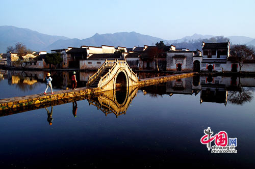 Hongcun Ancient Village is located in Yixian County at the foot of the southwestern slope of Huangshan Mountain.