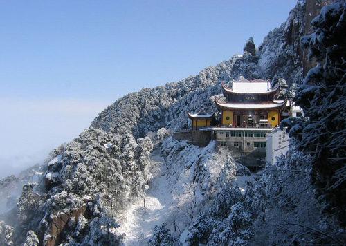 Jiuhua Mountain borders on the Yangtze River in the north and faces the Huangshan Mountain toward the south. [xinmin. cn]