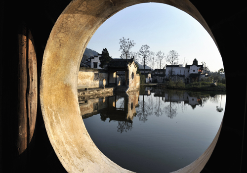 Huizhou Ancient Town is located in the south of eastern China's Anhui Province. [panaromio. com]