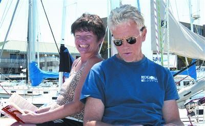 被海盗绑架的美国人菲莉丝·麦凯(左)和鲍勃·里格尔。图/人民图片
