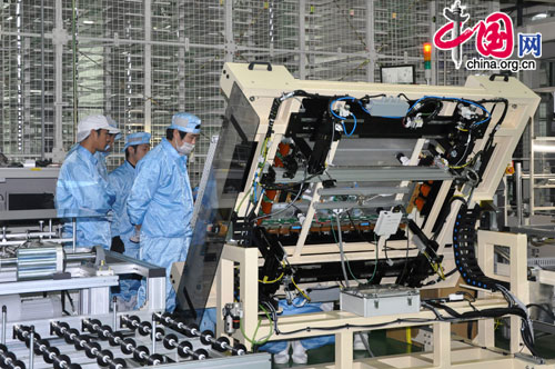 Employees at Anhui Xinhao Plasma Display Devices. [Wang Wei/China.org.cn]