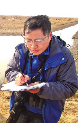 Wang Hui records his sightings at Yancheng National Nature Reserve. [China Daily]