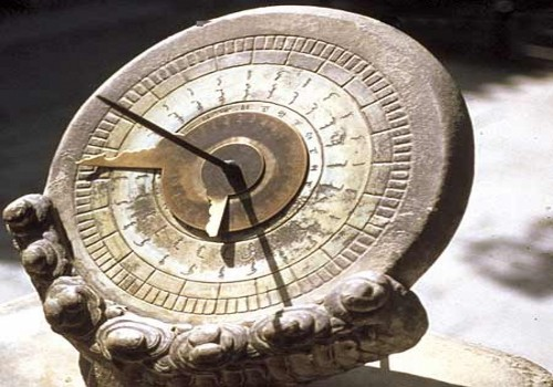 A sundial is an ancient instrument that measures time by the position of the sun. [haokanbu.com]