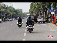 Armed police patrolling the streets of Boao Town on April 13, 2011. [Wang Zhiyong/China.org.cn]