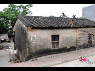 One of the few old houses left in the small lanes off the main street of Boao Town. [Wang Zhiyong/China.org.cn]