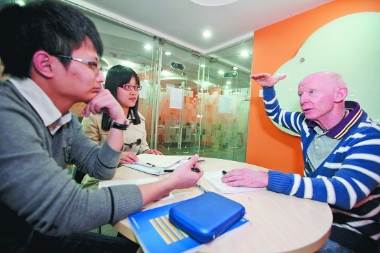 An American teaches in a school in Quanzhou, southeast China's Fujian Province. Many Chinese schools and companies are now requiring applicants to have Chinese language skills. [Photo from Quanzhou Evening News].