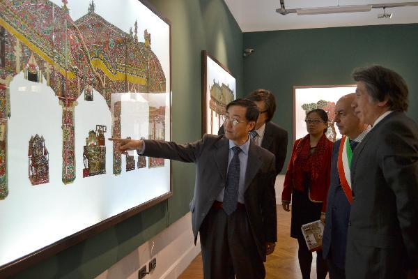 Zhang Jianda (1st L), cultural counsellor of the Chinese Embassy in Italy, introduces the shadow arts to the Mayor of Alessandria Piercarlo Fabbio (2nd R) in Alessandria, Italy, April 14, 2011. An exhibition of shadow arts collected by the National Art Museum of China opened Thursday in Italy's Alessandria.