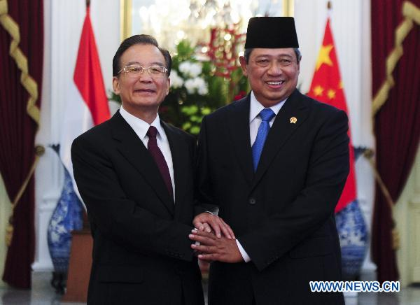 Chinese Premier Wen Jiabao (L) meets with Indonesian President Susilo Bambang Yudhoyono in Jakarta, Indonesia, April 29, 2011. [Zhang Duo/Xinhua]