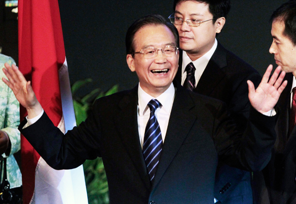 Premier Wen Jiabao reacts as the audience applauds after his speech before the Indonesia Council of World Affairs in Jakarta, April 30, 2011. [China Daily]