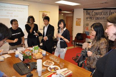 师生和市民们在纽约佩斯大学孔子学院品尝中国传统美食。 Teachers, students and local residents enjoy traditional Chinese cuisines in the Confucius Institute at New York's Pace University.