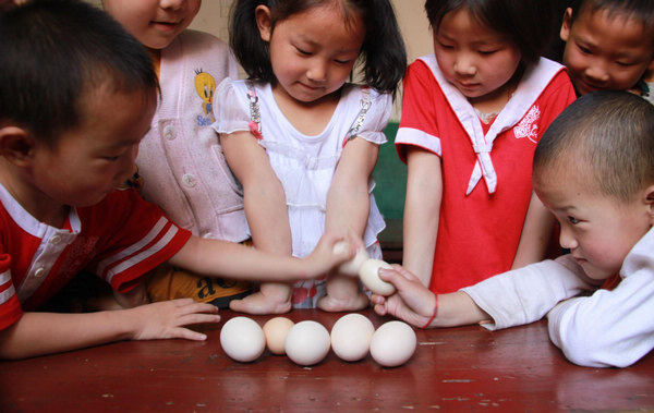 Children have a cracking time of egg fighting in Xichating village of Shiyan city in central China's Hubei Province, May 6, 2011, the day of summer begins. Many people in China boil an egg to take part in the tradition of egg fighting which heralds the start of summer in the Chinese lunar calendar, marking the transition of seasons.
