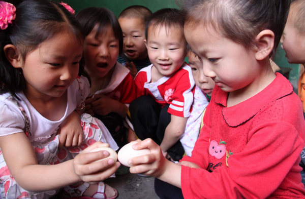 Children have a cracking time of egg fighting in Xichating village of Shiyan city in central China's Hubei Province, May 6, 2011, the day of summer begins (立夏). Many people in China boil an egg to take part in the tradition of egg fighting which heralds the start of summer in the Chinese lunar calendar, marking the transition of seasons.