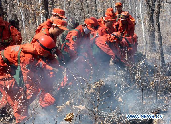 Firefighters work to control a forest fire in Jiayin County of Yichun, northeast China's Heilongjiang Province, May 5, 2011. Suddenly occuring here on Thursday morning, a forest fire has been broken under control as of the press time.