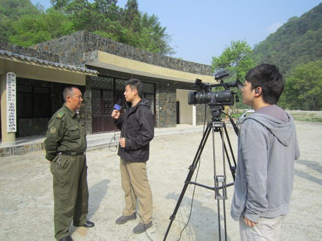 Two reporters from china.org.cn interview Zhang Zhonghuai, head of the Maoxiangba Protection Station at the Tangjiahe Nature Reserve, who has spotted wild pandas many times during his patrolling. [Wang Qian/china.org.cn]