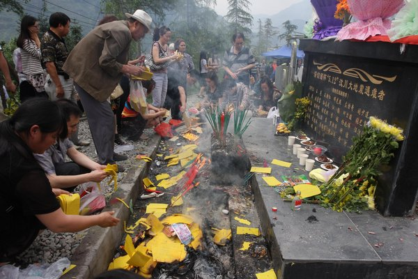 People pay tribute to their relatives on May 12, 2011 in Yingxiu, southwest China's Sichuan Province, three years after the fatal Wenchuan earthquake.