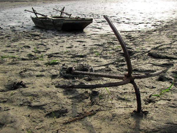 A boat is seen stranding on the dried up riverbed of Hanjiang River in Yunxian County, Hubei Province, May 15, 2011.  2011年5月15日,一只船在湖北省郧县干涸的汉江上搁浅。