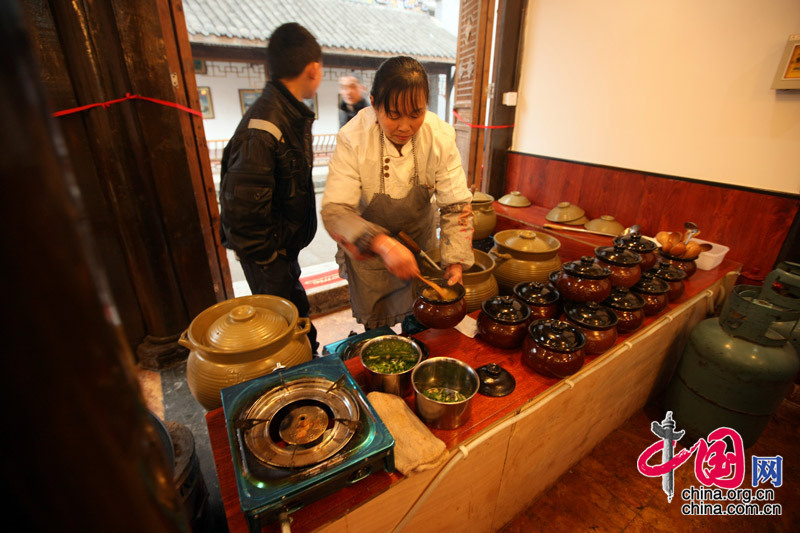 Shuimo Town is sporting a brand new look. The local resident run a restaurant in her own house. [China.org.cn]