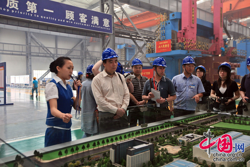 The announcer introduces the general conditions of Dongfang Turbine Co.at its relocated manufacturing base in Mianzhou City.