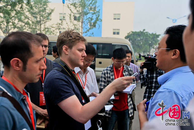 American journalist Corey Cooper(2nd left) from China.org.cn is having interview with the official from Dongfang Turbine Co.