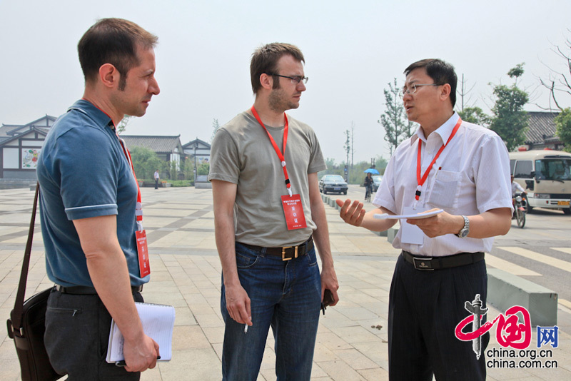 Wang Xiaohui (1st right), vice president of China.org.cn, talks with two foreign jounalists.