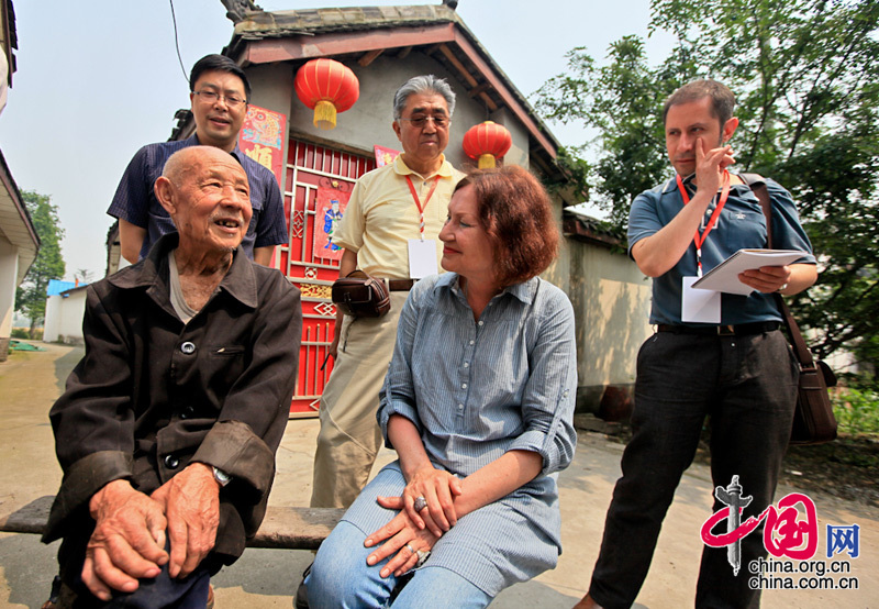 Cheng Xincai, 93 years old, be skilled at painting Nianhua(Spring Festival Picture), is receiving interview from the media.