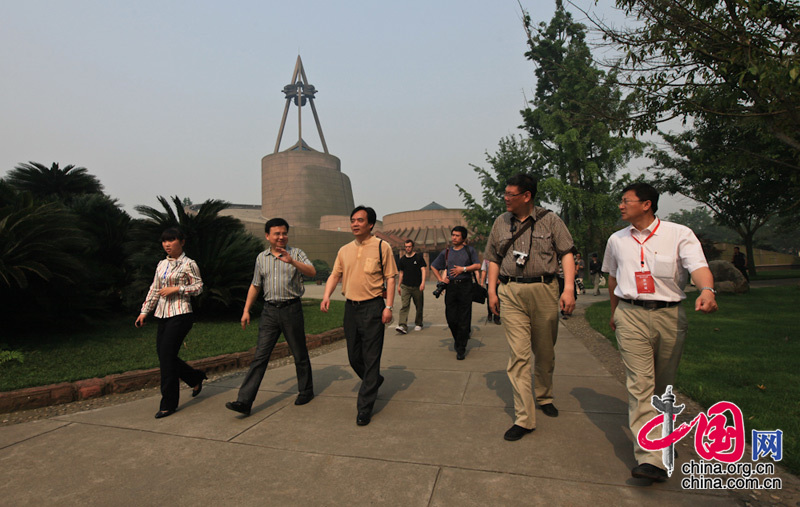A 24-member reporting team headed by China International Publishing Group (CIPG) Vice President Lu Cairong (Central )pays a visit to Sanxingdui heritage site.[Photo: Yang Jia/China.org.cn]