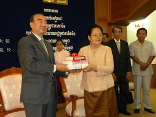 The Embassy of China in Phnom Penh on Wednesday donated more than 200 Chinese language books to the Confucius Institute of the Royal Academy of Cambodia. The hand-over ceremony was held at the Royal Academy of Cambodia (RAC) between Chinese ambassador Pan Guangxue (L) and the RAC's president, Khlot Thyda.