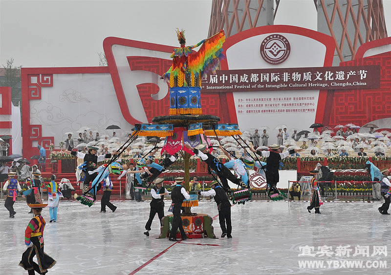 People perform traditiaonal dance during the opening ceremony of the 3rd Chengdu Intangible Cultural Heritage Festival in Chengdu, capital of southwest China's Sichuan Province, May 29, 2011. 