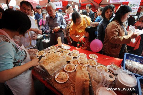 Citizens queue up to taste the traditional snack made of rice at the traditional rice food festival held in Taipei, south China's Taiwan, May 29, 2011. A traditional rice food festival kicked off in Taipei on Sunday, attracting many citizens to taste delicious snacks.