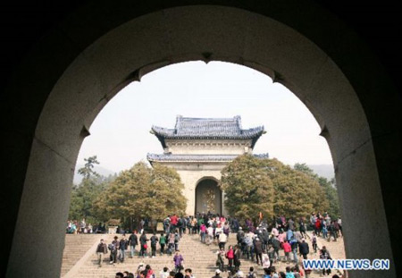 File photo taken on March 12, 2011, shows tourists visiting the Dr. Sun Yat-sen's Mausoleum in Nanjing, capital of east China's Jiangsu Province. The Dr. Sun Yat-sen's Mausoleum, a burial site of Dr. Sun Yat-sen, a great democratic revolution pioneer in China, will undergo renovation and maintenance from June 1 to 20, during which the mausoleum will be partly closed. Photo: Xinhua