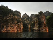 Covering an area of 110 square kilometers, Bingyu Valley is located north of Zhuanghe City, 240 kilometers from Dalian. It is labeled as 'Little Guilin' and 'Oriental Miniature Switzerland' thanks to its rugged cliffs, astonishing peaks, clear rivers, and mysterious caves. The valley is beautiful in different ways during different seasons. [溪谷笨笨/bbs.fengniao]