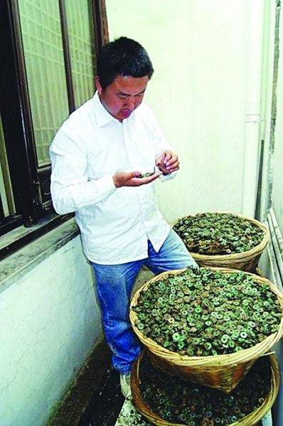 Archaeologists in east China's Jiangsu Province have unearthed about 200,000 ancient coins in a well on a construction site in the city of Suzhou.