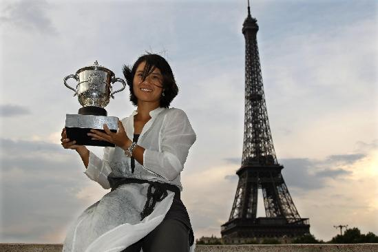 Li Na of China poses with her trophy near the Eiffel Tower in Paris after winning her women's final against Francesca Schiavone of Italy at the French Open tennis tournament at the Roland Garros stadium in Paris June 4, 2011. [China Daily]