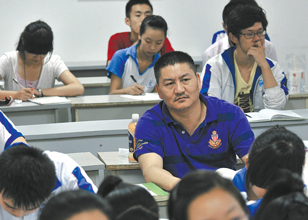 Liang Shi, 44, attends a class for pre-exam training in Chengdu, capital of Sichuan province, last week to prepare for the national college entrance examination. [Provided by Huaxi Metropolis Daily]