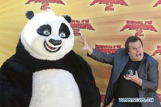 US actor Jack Black poses with 'Po', the character he voices in 'Kung Fu Panda 2', during the promotion of the movie at Madrid's Zoo in Madrid, capital of Spain, June 10, 2011. (Xinhua/Eduardo Dieguez)