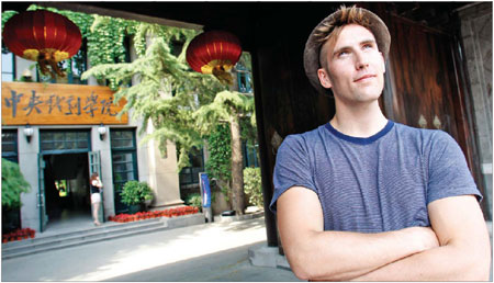 Belgian language student Sid Gulinck is studying to become a playwright, but unlike other young Europeans, he writes his plays in Chinese.