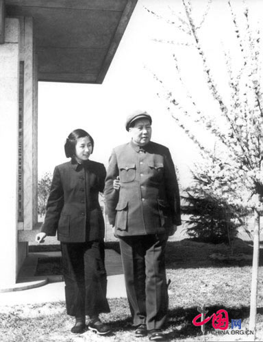 Mao Zedong admiring Beijing's cherry blossoms with his daughter, Li Na, 1953